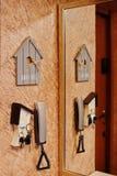 Wechselsprechanlage mit Schlüsseln und Spiegel nahe Haupteingang lizenzfreie stockfotos