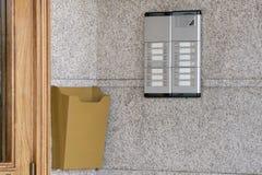 Wechselsprechanlage nahe einer Holztür lizenzfreies stockbild