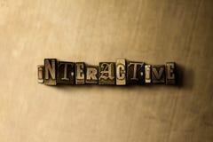 WECHSELWIRKEND - Nahaufnahme der grungy Weinlese setzte Wort auf Metallhintergrund Stockbild