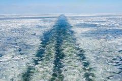 Wecken Sie von einem Schiff auf dem gefrorenen Meer auf lizenzfreie stockfotos