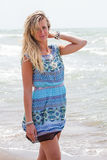 Wecken zum Meer Blonde Strandferien der jungen Frau Lizenzfreies Stockbild