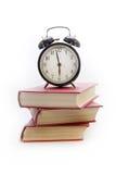 Wecker auf einem Stapel von Büchern Lizenzfreie Stockbilder