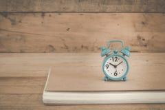 Wecker auf einer Tabelle Stockfotografie