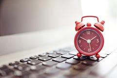 Wecker auf Laptop Lizenzfreie Stockfotos
