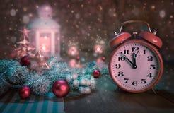 Wecker, der fünf bis zwölf und Winteranordnung zeigt Lizenzfreies Stockfoto