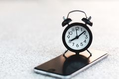 Wecker am intelligenten Mobiltelefon mit Kopienraum stockfoto