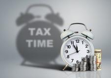 Wecker mit Geld und Steuerzeitschatten, Finanzkonzept Stockbild
