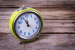 Wecker mit vier Minuten bis zwölf O-` Uhr Lizenzfreies Stockfoto