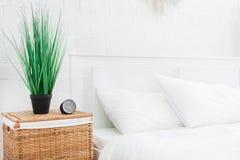 Wecker nahe dem Bett zu Hause Konzept des gutenmorgens lizenzfreies stockfoto