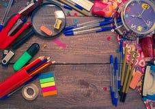 Wecker, Notizbuch, Stifte, Taschenrechner und Bleistifte Lizenzfreie Stockbilder