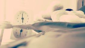 Wecker 6 Uhr morgens auf dem Bett zu Hause Morgenzeit-Hintergrundkonzept stockfotos