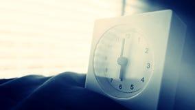 Wecker 6 Uhr morgens auf dem Bett zu Hause Morgenzeit-Hintergrundkonzept lizenzfreies stockfoto