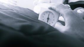 Wecker 6 Uhr morgens auf dem Bett zu Hause Morgenzeit-Hintergrundkonzept, weiche Fokussierung und Weinlesefarbart stockbild