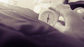 Wecker 6 Uhr morgens auf dem Bett zu Hause Morgenzeit-Hintergrundkonzept, weiche Fokussierung und Weinlesefarbart stockbilder