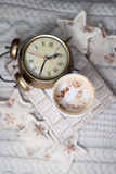 Wecker und ein Kaffee auf weißem Hintergrund Stockfoto