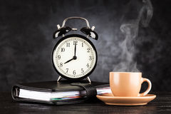 Wecker und ein Tasse Kaffee Lizenzfreie Stockfotografie