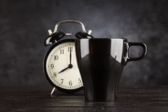 Wecker und ein Tasse Kaffee Lizenzfreie Stockfotos