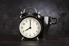Wecker und ein Tasse Kaffee Lizenzfreies Stockbild