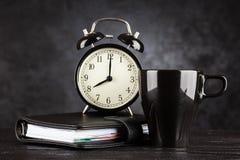 Wecker und ein Tasse Kaffee Stockfoto