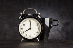 Wecker und ein Tasse Kaffee Lizenzfreies Stockfoto