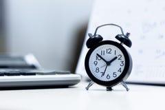 Wecker und Kalender mit der Berechnung stockbilder