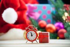 Wecker und rotes Geschenk Stockfoto