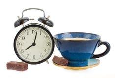 Wecker wuth Tasse Kaffee Stockfoto