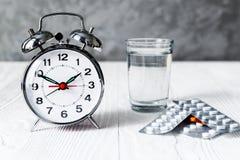 Weckerzeit, Medizin einzunehmen Stockfotos