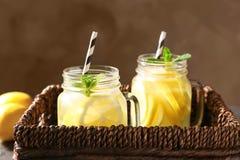 Weckgläser frische Limonade im Abtropfbrett Stockbild