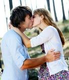 Wed neuf les couples partagent un baiser image stock
