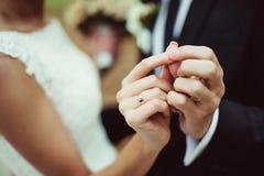 Wed recentemente as mãos do par com alianças de casamento Imagem de Stock