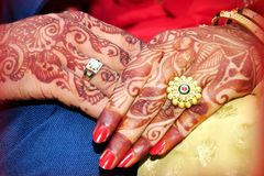 Wed recentemente as mãos do ` s dos pares com alianças de casamento fotos de stock royalty free