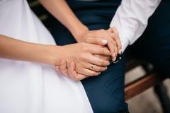 Wed recentemente o couple& x27; mãos de s com alianças de casamento fotos de stock royalty free