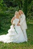 Wedded onlangs paar in het park stock foto