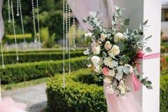 Weddind-Dekoration auf Freilicht Blumendekor eines schönen weißen Bogens Schöne beckground Ansicht von Bäumen Lizenzfreies Stockfoto