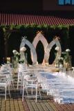 Weddind-Dekoration auf Freilicht Blumendekor eines schönen weißen Bogens Schöne beckground Ansicht von Bäumen lizenzfreie stockbilder