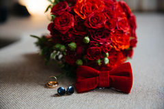 Wedding аксессуары groom, детали одежд, бабочки, связей тумака, золотых колец Стоковое Изображение