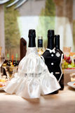 2 wedding бутылки шампанского на таблице ресторана Стоковое Фото