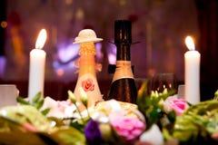2 wedding бутылки шампанского на таблице ресторана Стоковые Изображения