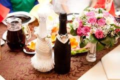 2 wedding бутылки шампанского на таблице ресторана Стоковые Фотографии RF