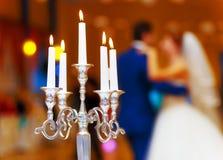 Wedding декоративный держатель для свечи и танцуя жених и невеста на предпосылке лестницы портрета платья принципиальной схемы не Стоковая Фотография