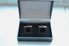 Wedding запонки для манжет groom на коробке Стоковые Фотографии RF