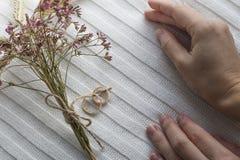 2 wedding золотых кольца с ` s женщин вручают предпосылку Стоковая Фотография RF
