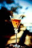 Wedding золотые кольца в стекле шампанского Влюбленность и замужество символа Стоковые Изображения RF
