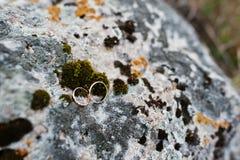 Wedding золотые кольца на камне с мхом Стоковые Фотографии RF