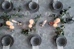 Wedding или праздничная сервировка стола Плиты, бокалы, свечи и столовый прибор Стоковое Изображение