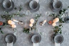 Wedding или праздничная сервировка стола Плиты, бокалы, свечи и столовый прибор Стоковое фото RF
