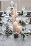 Wedding или праздничная сервировка стола Плиты, бокалы, свечи и столовый прибор Стоковое Фото