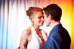 Wedding невеста и groom танцульки Стоковые Изображения