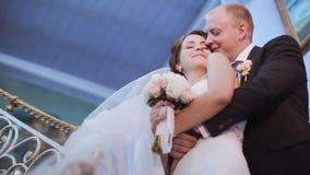 Wedding пара внутри помещения обнимает один другого сток-видео